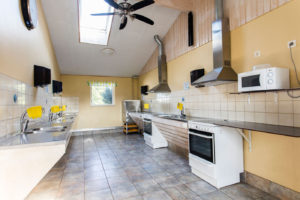 Köket, diskmaskin och spis med ugn.