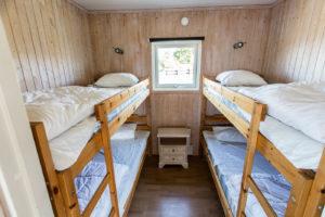Sovrum med två våningssängar stugan Flundran.