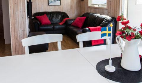 Matbord och soffa stugan Flundran.