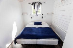 Sovrum med dubbelsäng stugan Måsen-Ålen.