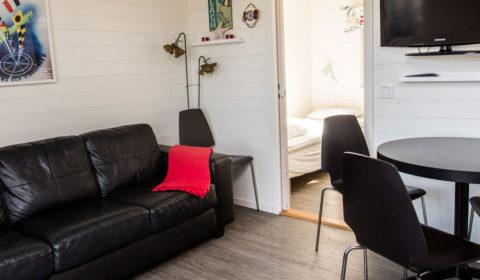 Soffa och matbord stugan Svanen.